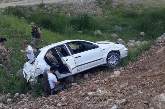 Kozluk'ta araç şarampole yuvarlandı: 2 yaralı