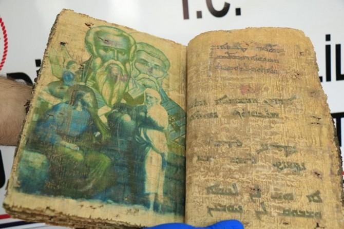 Diyarbakır'da 1400 yıllık kitap ele geçirildi