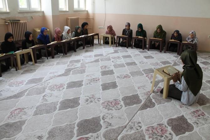 Silopi'de öğrenciler okulda mukabele sünnetini ifa ediyor