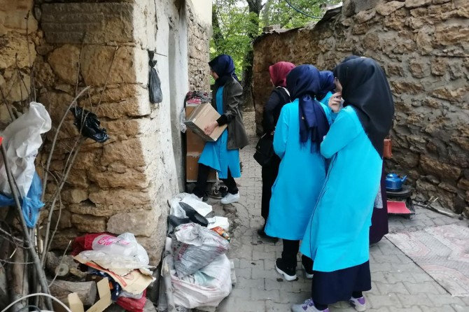 Bitlis Anadolu Kız İHL öğrencileri evlerinden getirdikleri gıdayı ihtiyaç sahiplerine dağıttılar