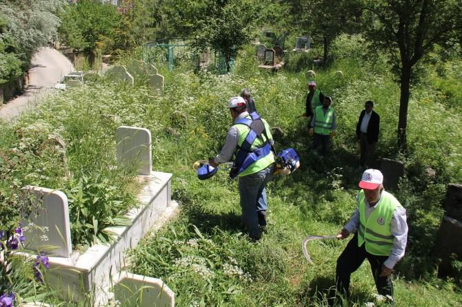 Bayram öncesi mezarlıklarda temizlik çalışmalarına başlandı