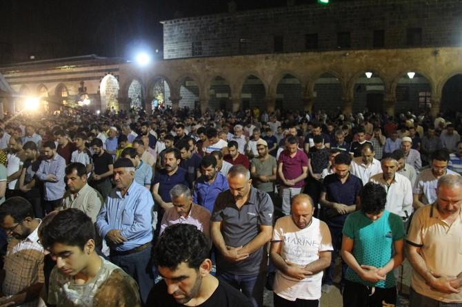 Diyarbakırlılar Kadir Gecesi'nde Ulu Cami'ye akın etti