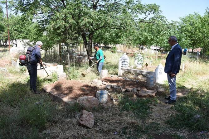 Hilvan Belediyesinden bayram öncesi mezarlık temizliği