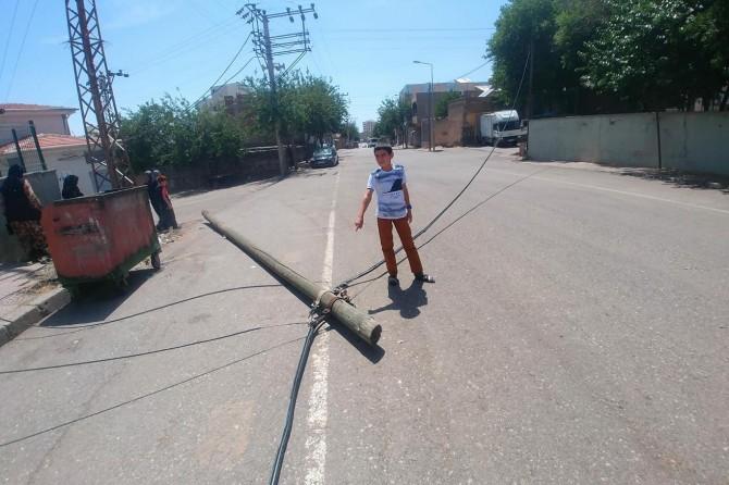 Siverek'te cadde ortasına devrilen direk saatlerce yol ortasında kaldı