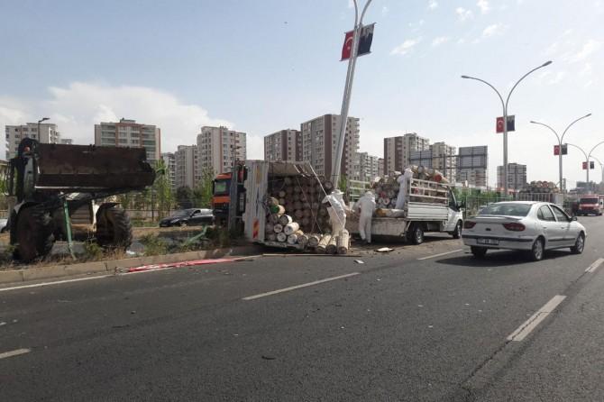 Diyarbakır'da arı kovanı yüklü kamyonet devrildi: 2 yaralı