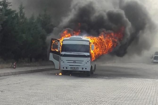 Elazığ'da yanan araçtan son anda atlayarak kurtuldu