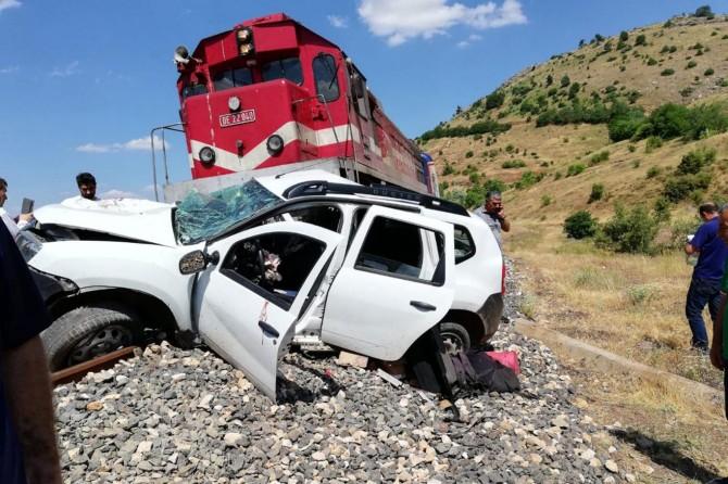 Maden'de tren otomobile çarptı: 1 ölü 2 yaralı