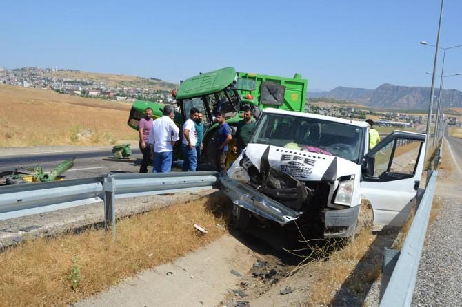 Siirt'te minibüs saman yüklü traktöre çarptı: 6 yaralı