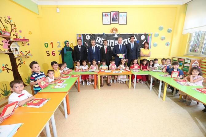Gaziantep'te öğrencilere kitap seti ve spor ayakkabısı dağıtıldı