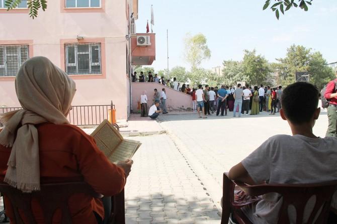 Öğrenciler içeride ter döktü, aileleri dışarıda dua etti