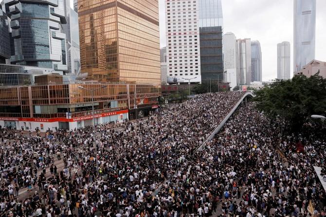Hong Kong'daki gösteriler yönetime geri adım attırdı