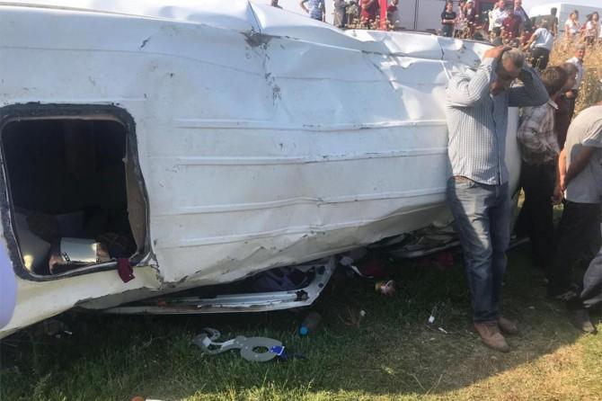 İşçileri taşıyan minibüs devrildi: 16 yaralı