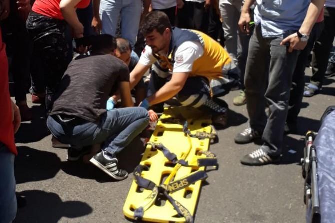 Diyarbakır Bağlar Emek Caddesinde minibüsün çarptığı çocuk ağır yaralandı