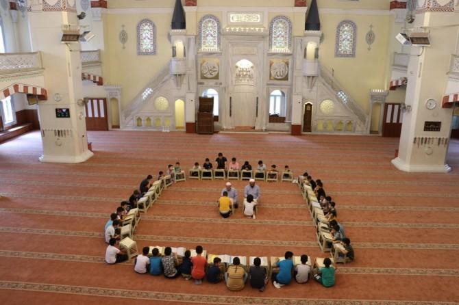 Kur'an'ın ahlakıyla ahlaklanmak için camiye geliyoruz