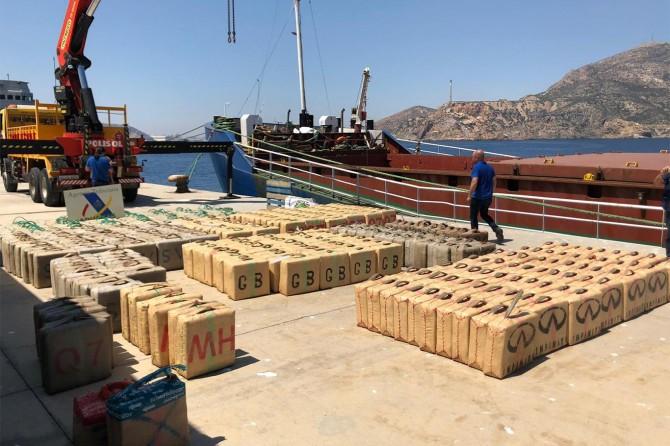 Uluslararası suda 12 ton esrar ele geçirildi