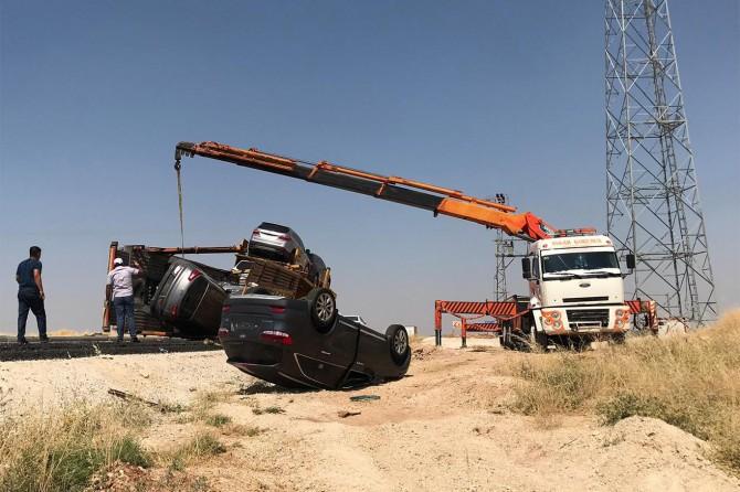 Nusaybin'de devrilen TIR dorsesindeki sıfır otomobiller yola savruldu