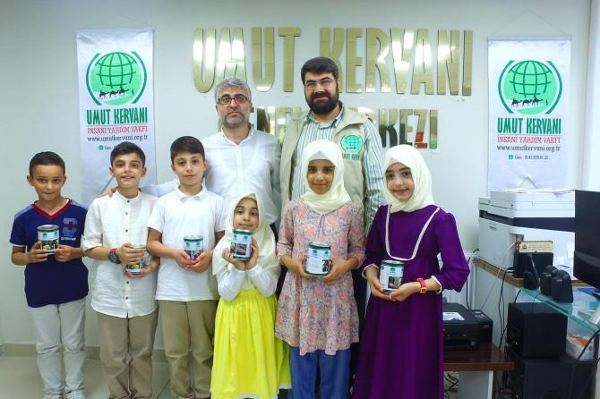 İstanbul Zeytinburnu'nda ilkokul öğrencileri biriktirdikleri paraları muhtaçlar için bağışladı