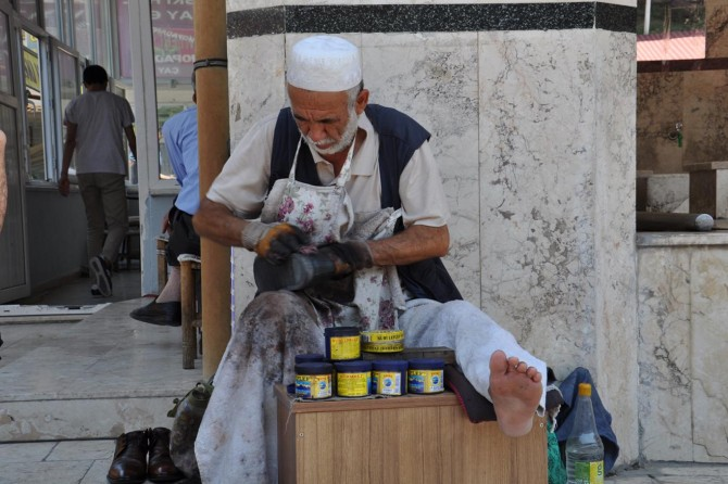 Yaşlı Afgan boyacılık yaparak ailesinin geçimini sağlıyor