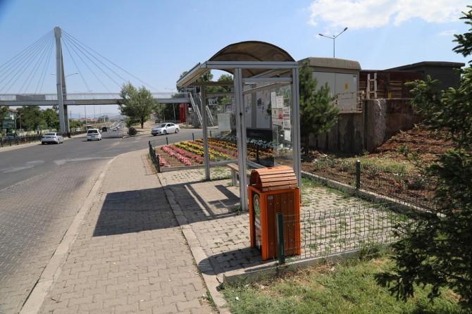 Bingöl Belediyesi kaldırımlara çöp kutuları yerleştirdi