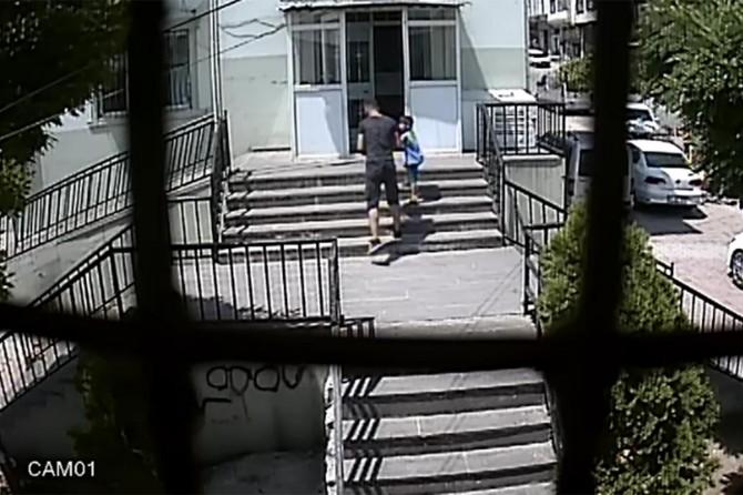 Gaziantep Şahinbey'de çocuğun elindeki telefonu çalan hırsız güvenlik kamerasında