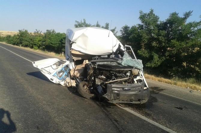 Kahta'da traktör ile minibüs çarpıştı: 1 ölü 1 yaralı