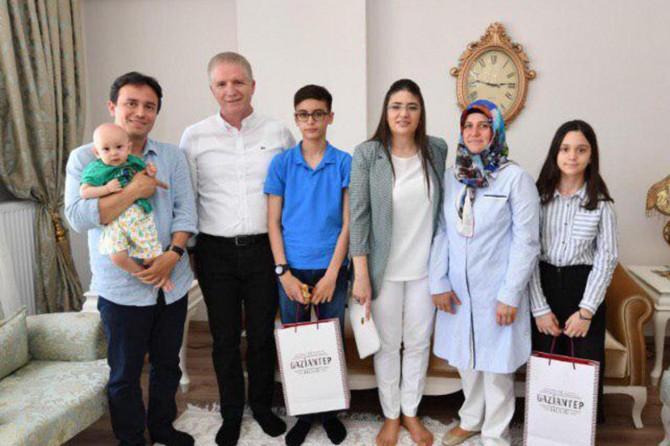 Gaziantep Valisi Gül, LGS birincilerini evlerinde ziyaret etti