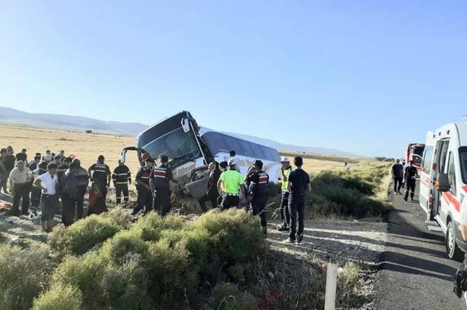 Aksaray'da yolcu otobüsü devrildi: 41 yaralı