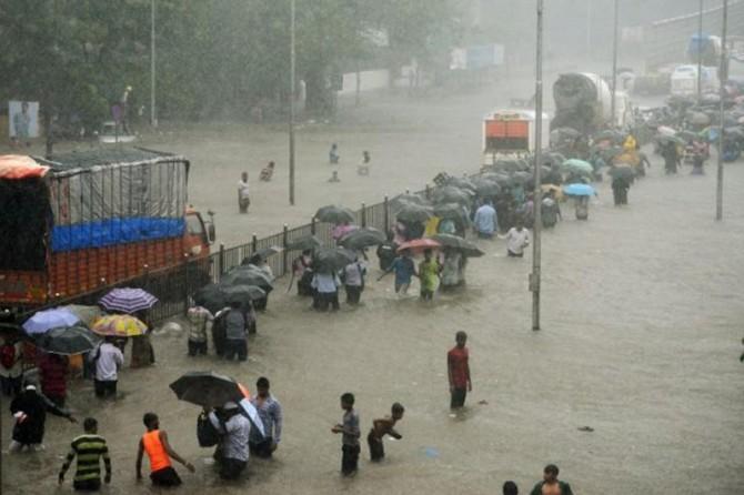 Muson yağmurları etkili oluyor: 150 ölü