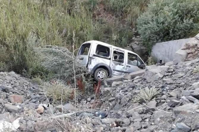 Araç şarampole yuvarlandı: Bir ölü 2 yaralı