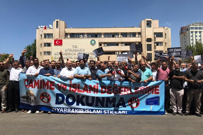 Mass protest in front of Diyarbakır Municipality for its anti-Islamic practices