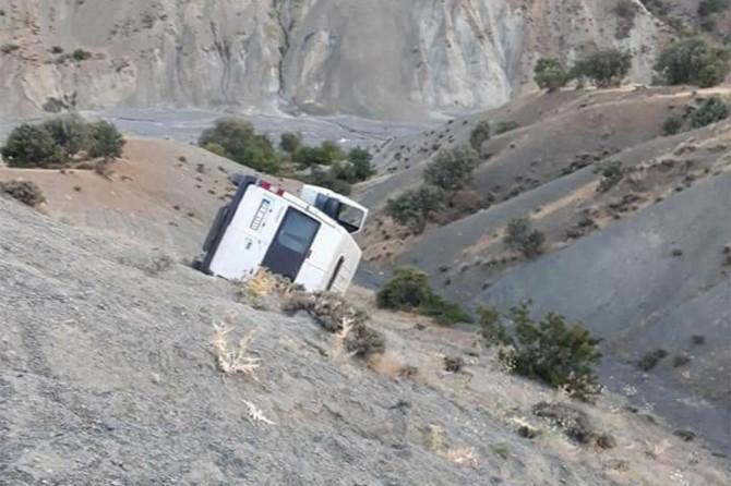 Palu'da freni tutmayan minibüs şarampole yuvarlandı: Biri ağır 5 yaralı