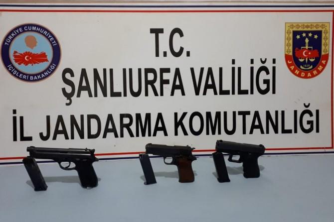 Hilvan'da kontrol noktasında 3 ruhsatsız tabanca ele geçirildi