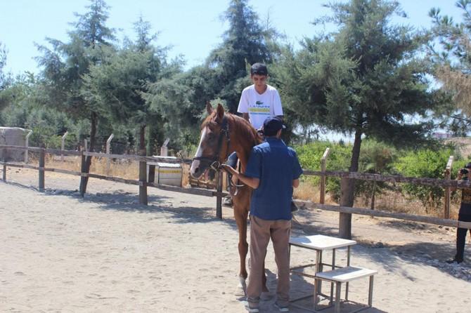 Yaz Kur'an kurslarına giden çocukların at binme sevinci