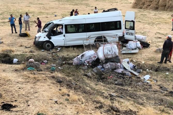Bismil'den gelen fındık işçilerini taşıyan minibüs devrildi: 15 yaralı