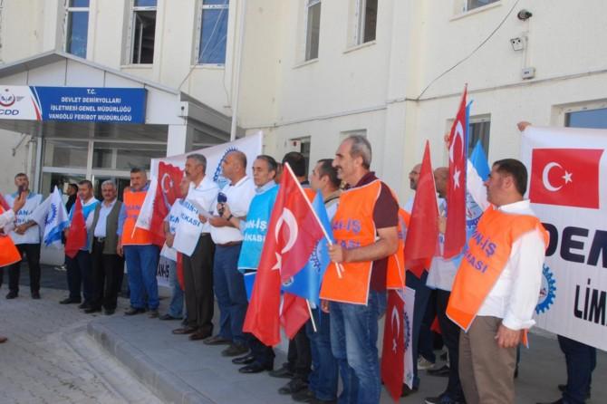Tatvan'da kendilerine haksızlık yapıldığını iddia eden işçiler basın açıklaması yaptı