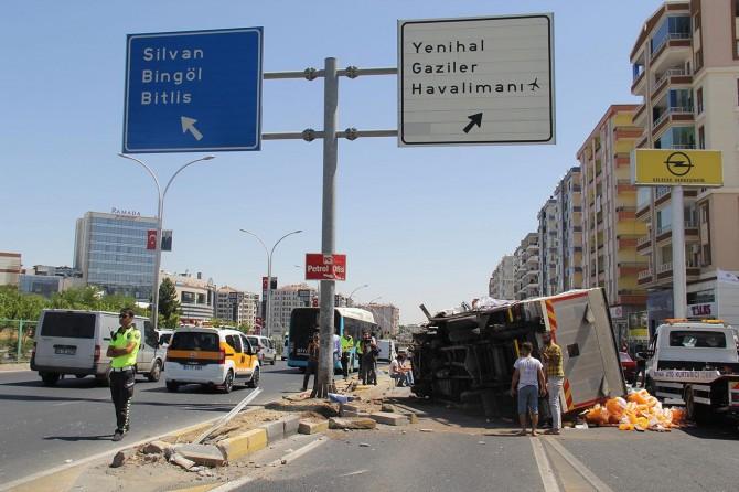 Ceylanlar yakınında kamyonet ile otomobil çarpıştı: 1'i ağır 2 yaralı