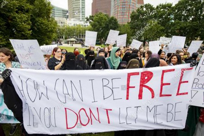 Hollanda'nın tessetür düşmanlığı protesto edildi