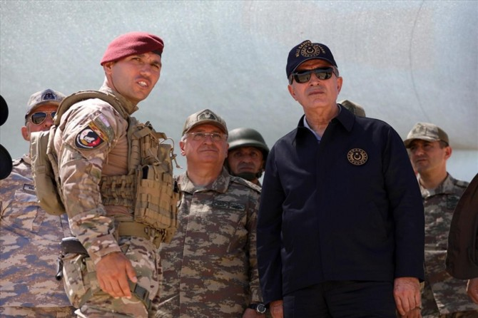 Bakan Akar ve komutanlar KKTC'deki birlikleri denetledi