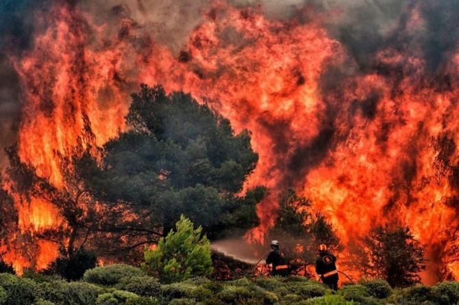 Yunanistan'da orman yangınları söndürülemiyor