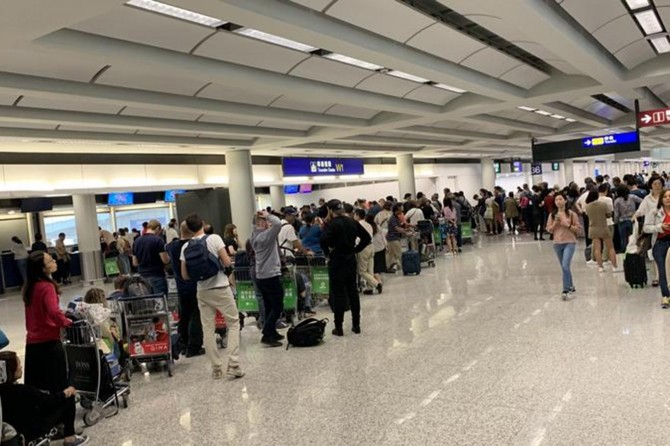 Hong Kong havalimanı yeniden uçuşlara açıldı