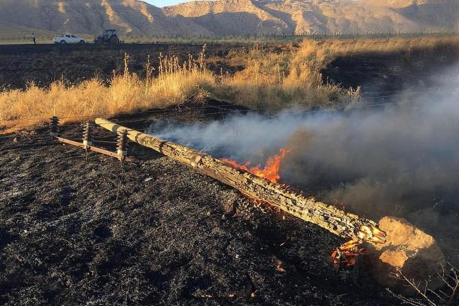 Anız yangını 10 köyü elektriksiz bıraktı