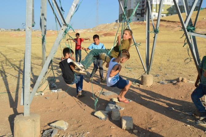 Siirt Afetevler Mahallesinde parkları olmayan çocuklar yüksek gerilim hattına salıncak kurdu
