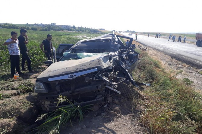 Bismil'de otomobil yol çalışması yapan kamyona çarptı: 5 yaralı