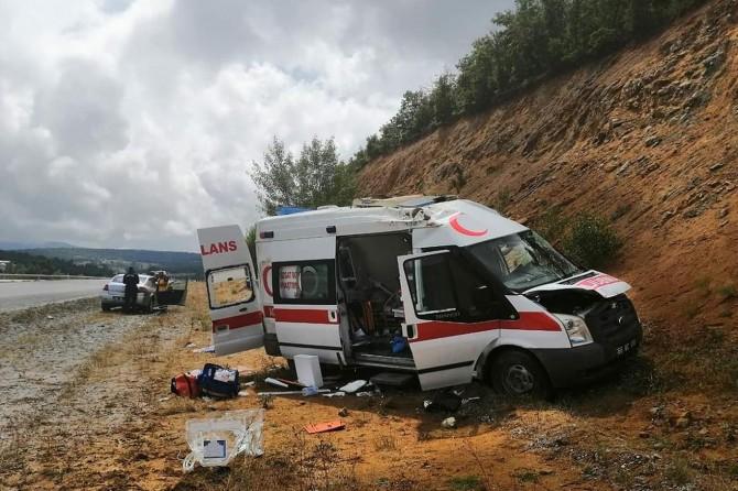Aldağmadeni'de ambulans kaza yaptı:1'i bebek 4 yaralı
