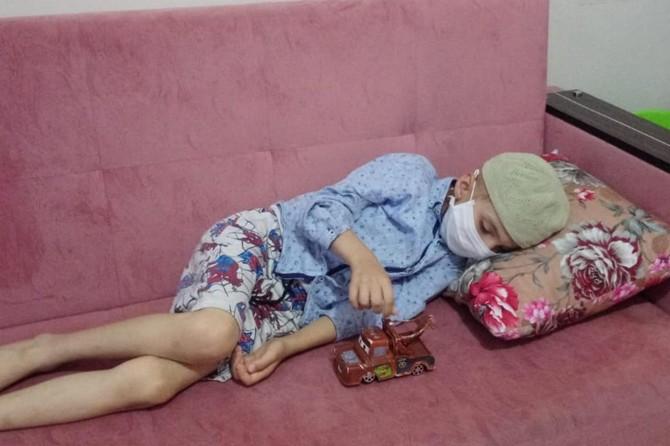 Beyninde tümör bulunan minik Serhat yardım bekliyor