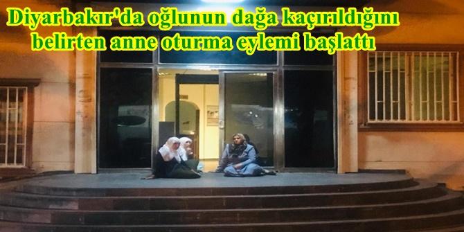 Diyarbakır'da oğlunun dağa kaçırıldığını belirten anne oturma eylemi başlattı