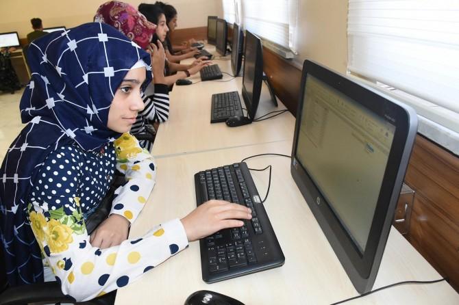 Meslek sahibi olmak için bilgisayar eğitimi alıyorlar
