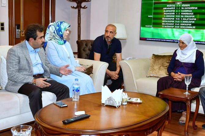 Diyarbakır Valisi Güzeloğlu, anne Hacire Akar ile görüştü
