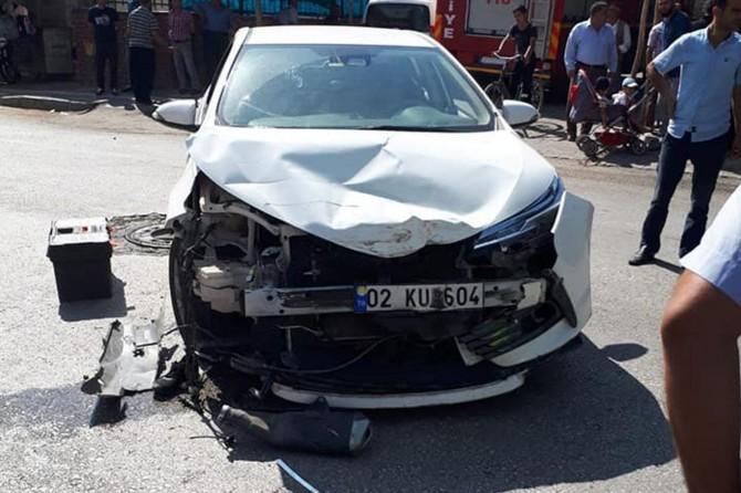 Kâhta'da motosiklet ile otomobil çarpıştı: 2 yaralı