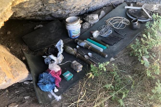 Başkale ve Gürpınar'da PKK'ye ait çok sayıda silah ve mühimmat ele geçirildi
